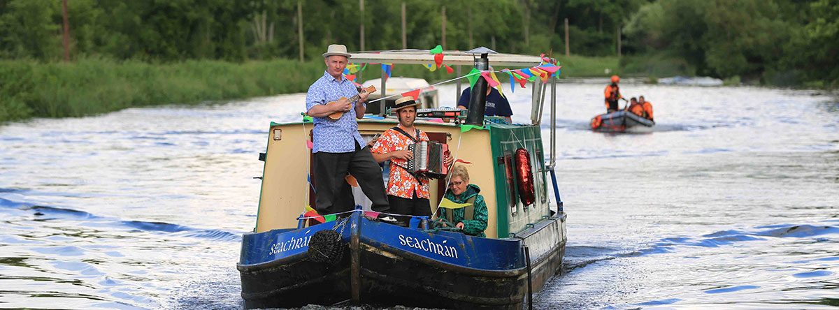 Little-John-Nee-and-troupe-arriving-for-Barges-on-the-Barrow-Pic-Glenn-Lucas